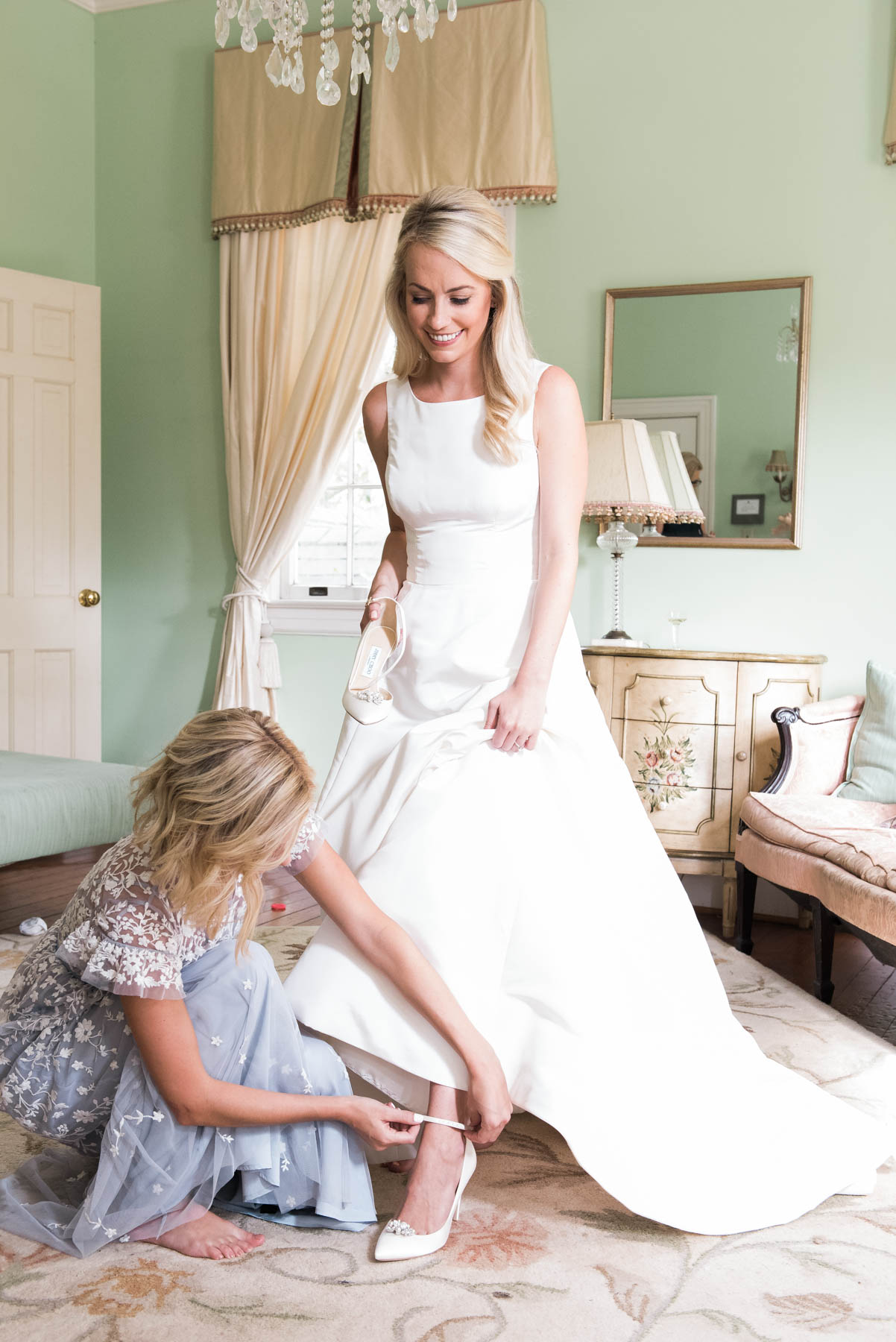 Wedding day photo ideas not to be missed for the bride and her maid of honor // Rhyme & Reason
