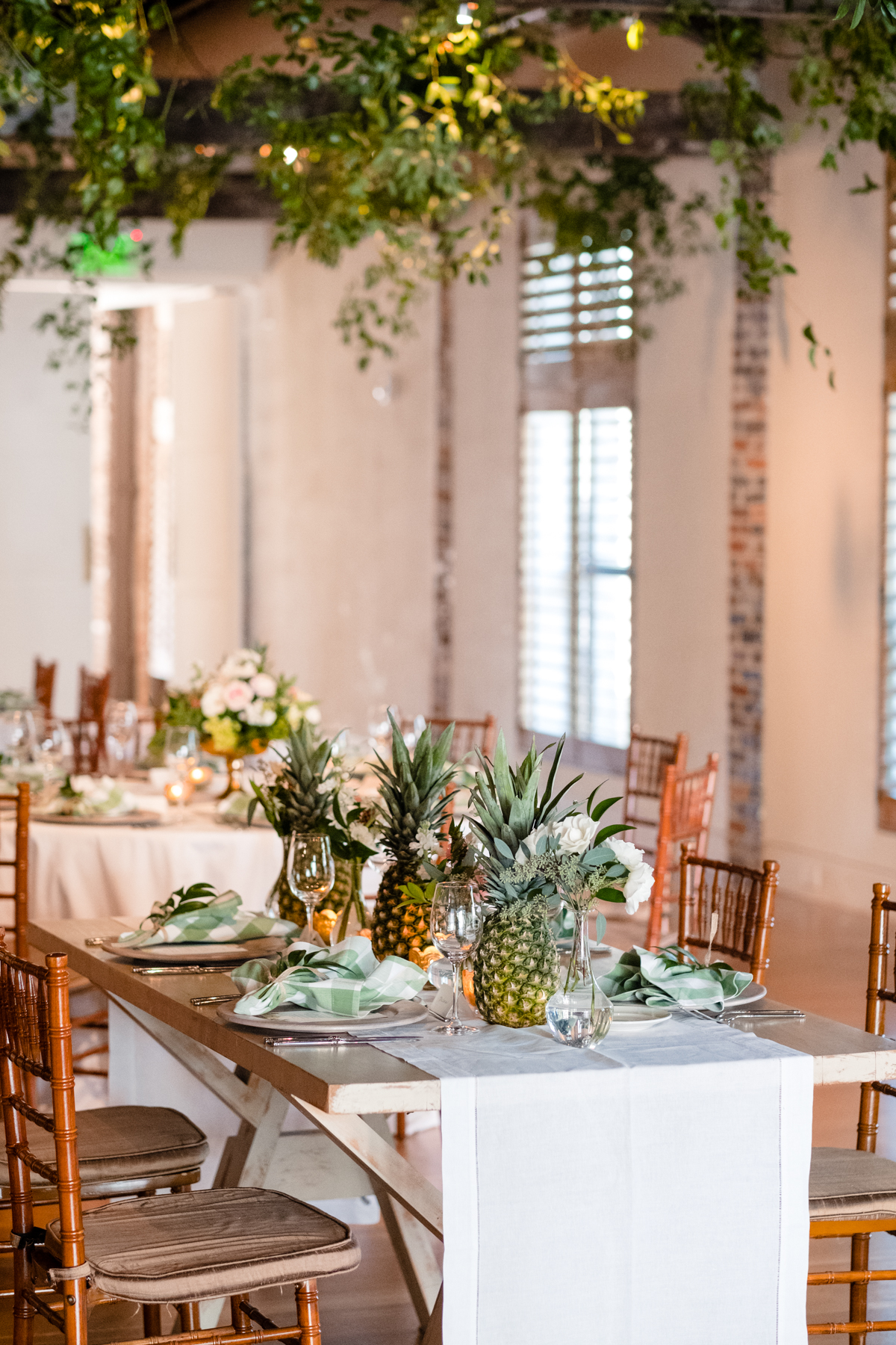 Tips for designing a beautiful tablescape using pineapple centerpieces and mini pineapples in the florals // Rhyme & Reason
