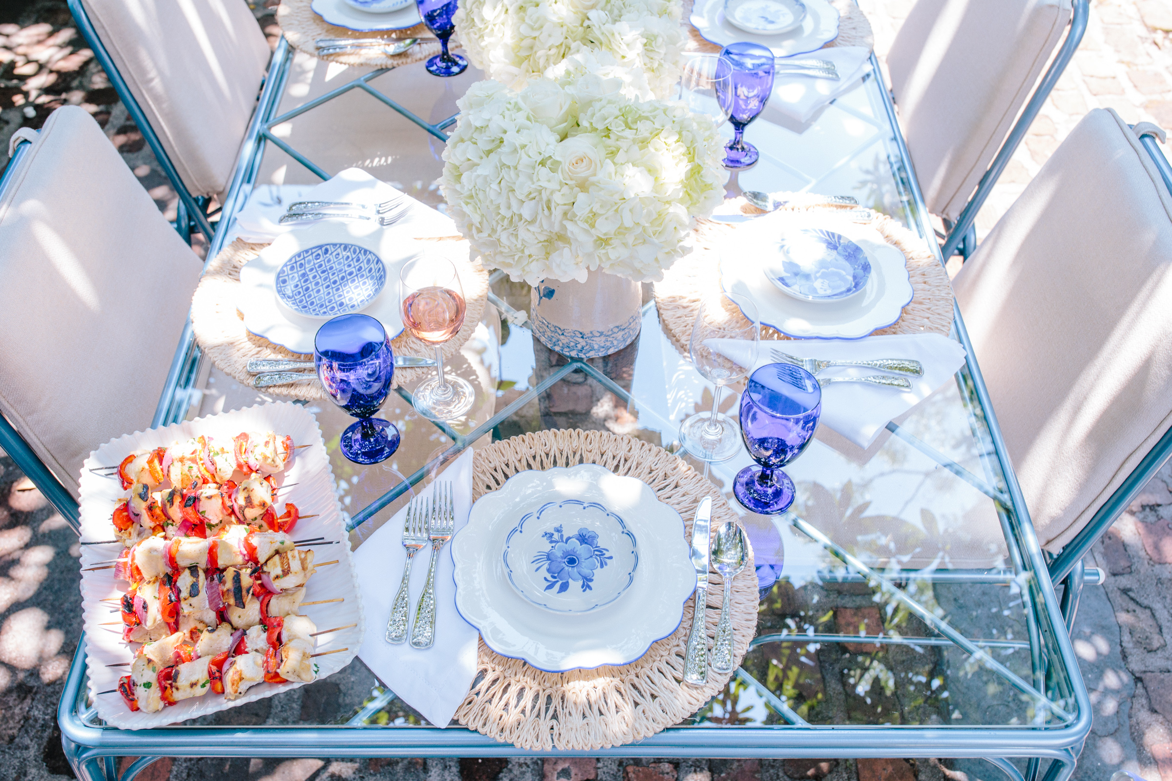 Party hosting tips: how to set a blue and white tablescape for the 4th of July // Rhyme & Reason